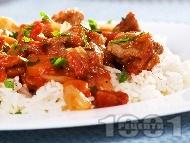 Печено свинско месо с домати, печени чушки, лук, червено вино в йенска тенджера поднесено върху варен ориз